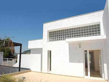 Modern properties, villas and houses for sale in Spain; here, a modern house in Calpe, Costa Blanca