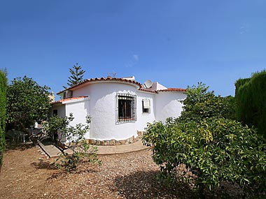 Costa Blanca, low price real estate, new like one storey detached house to buy within an almost country setting in Els Poblets near Denia, with orange trees